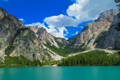 Felsige Landschaft der Alpen und blauer See in den Dolomit, Italien Stockfoto