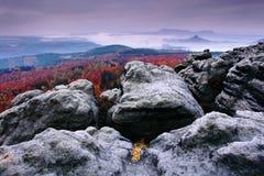Felsige Landschaft während des Herbstes Schöne Landschaft mit Stein, Wald und Nebel Sonnenuntergang im tschechischen Nationalpark Lizenzfreie Stockbilder
