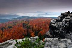 Felsige Landschaft während des Herbstes Schöne Landschaft mit Stein, Wald und Nebel Sonnenuntergang im tschechischen Nationalpark Stockfotografie
