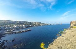 Felsige Mittelmeerküstenlinie, Aci Castello, Sizilien, Italien Lizenzfreie Stockfotos