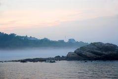 Felsige nebelhafte Küste lizenzfreie stockfotos