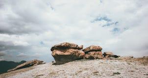 Felsige Pilz ähnliche Steine in den Bergen Lizenzfreie Stockfotos