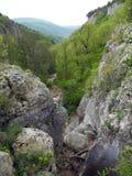 Felsige Schlucht in den Bergen von Krim stockfotos