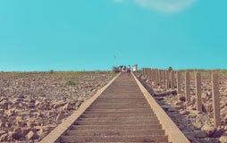 Felsige Schritte und blauer Himmel lizenzfreies stockfoto