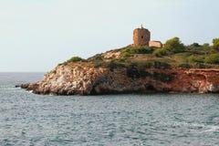 Felsige Seeküste und alter Wachturm Illetes, Palma de Majorca, Spanien Stockfotografie