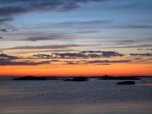Felsige Skerries im Archipel im späten Sonnenuntergang beleuchten Stockfoto