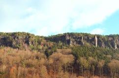 Felsige Skyline mit schönem Herbstwald Stockfotos