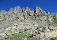 Felsige Spitzen und Steine mit Schnee in den kaukasischen Bergen in Georgia Lizenzfreie Stockfotos