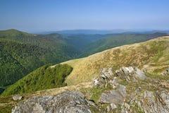 Felsige Steine auf eine Oberseite eines trockenen Berges unter sauberem blauem Himmel stockbild