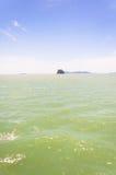 Felsige tropische Insel nahe KOH Samui Lizenzfreie Stockfotos