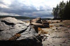 Felsige Ufer von See Lizenzfreies Stockfoto