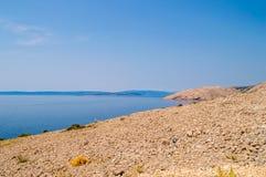 Felsige verlassene Landschaft und das adriatische Meer auf der Insel von K Lizenzfreies Stockfoto