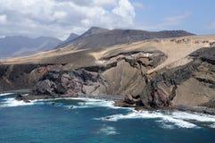 Felsige Westküste von Fuerteventura stockfotos