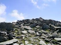 Felsigen Weg zu den Wanderern oben schauen Stockfotos