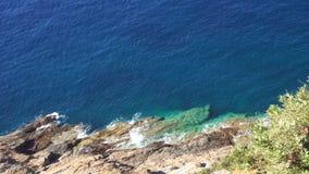 Felsiger Abgrund und das tiefe blaue Meer stock footage
