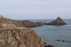 Felsiger Berg auf der Küste lizenzfreies stockbild