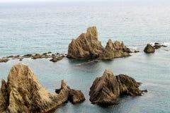 Felsiger Berg auf der Küste stockfoto