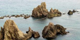 Felsiger Berg auf der Küste stockfotografie