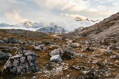 Felsiger Berg der Dolomit-Alpen bei Tre Cime di Lavaredo, Italien Lizenzfreies Stockfoto
