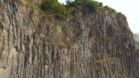 Felsiger Berg mit einzigartigen Basaltsäulen bildete sich durch vulkanische Lava, Geologie stock footage