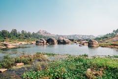 Felsiger Berg und Fluss in Hampi, Indien lizenzfreies stockfoto