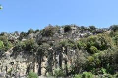 Felsiger Bergblick und grüne Bäume Lizenzfreies Stockfoto