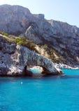 Felsiger Bogen im Meer von Sardinien lizenzfreie stockbilder