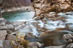 Felsiger Fluss eingehüllt in Wasser für den ganzen Rahmen stockfotografie