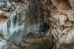 Felsiger Fluss eingehüllt in Wasser für den ganzen Rahmen lizenzfreie stockbilder