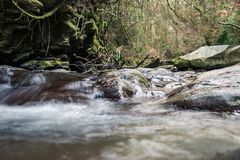 Felsiger Fluss eingehüllt in Wasser für den ganzen Rahmen stockbild
