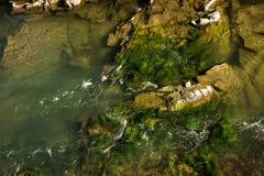Felsiger Fluss eingehüllt in Wasser für den ganzen Rahmen lizenzfreies stockbild