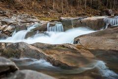 Felsiger Fluss eingehüllt in Wasser für den ganzen Rahmen lizenzfreies stockfoto