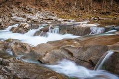 Felsiger Fluss eingehüllt in Wasser für den ganzen Rahmen lizenzfreie stockfotos
