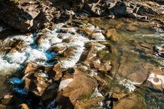 Felsiger Fluss eingehüllt in Wasser für den ganzen Rahmen stockfoto