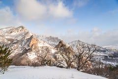 Felsiger Gebirgsschnee-mit einer kappe bedeckte Spitzen Stockbild