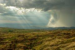 Felsiger Hügel mit schwerem Sturm Stockfotografie