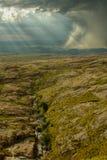 Felsiger Hügel mit schwerem Sturm und Nebenfluss Lizenzfreies Stockbild