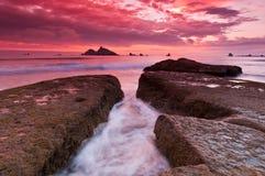 Felsiger Küstensonnenuntergang Stockfotografie