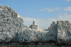 Felsiger Mittelfinger hergestellt durch Kalksteinklippen stockbild