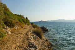 Felsiger Pfad entlang dem Ufer Stockbild