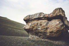 Felsiger Pilz ähnlicher Stein in den Bergen Lizenzfreies Stockbild