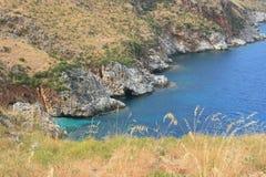 Felsiger Schacht auf Sizilien-Küste Stockfotos