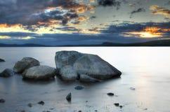 Felsiger See-Sonnenuntergang lizenzfreie stockfotografie