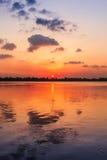 Felsiger See-Sonnenuntergang Stockfotografie