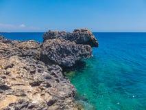 Felsiger Strand auf einem Kap Greco Stockbild
