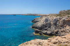 Felsiger Strand auf einem Kap Greco Lizenzfreie Stockfotos