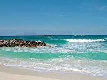 Felsiger Strand bei Atlantis auf Nassau lizenzfreie stockbilder