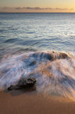 Felsiger Strand bei Sonnenuntergang Lizenzfreie Stockfotografie