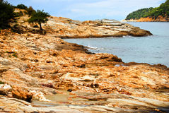 Felsiger Strand in der Thassos Insel, Griechenland Lizenzfreie Stockfotos