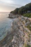 Felsiger Strand des Sonnenuntergangs in Istria, Kroatien Adriatisches Meer, Lanterna-Halbinsel Stockbilder